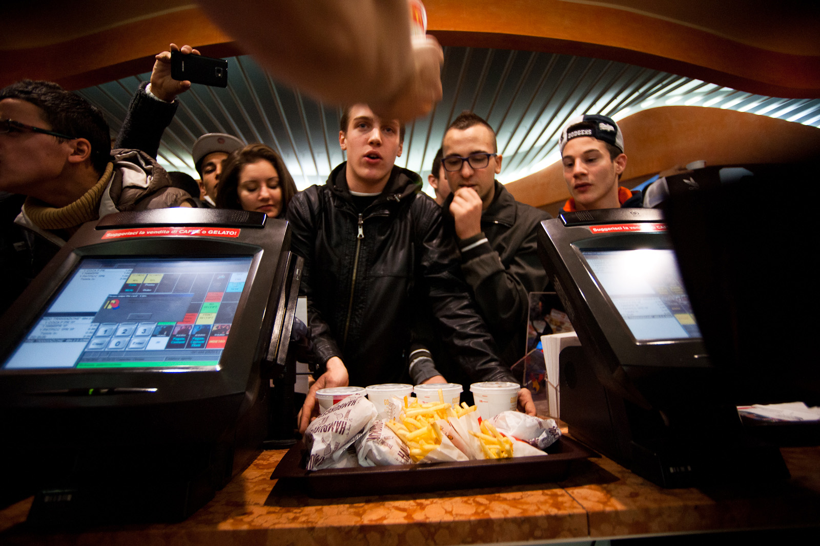 Hamburger patatine e coca gratis